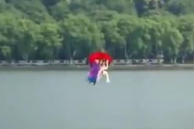 杭州西湖边再现许仙白娘子 一现身就成网红
