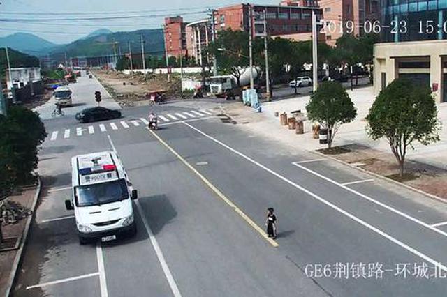 温州4岁男孩因思念姐姐 独自步行3公里送牛奶
