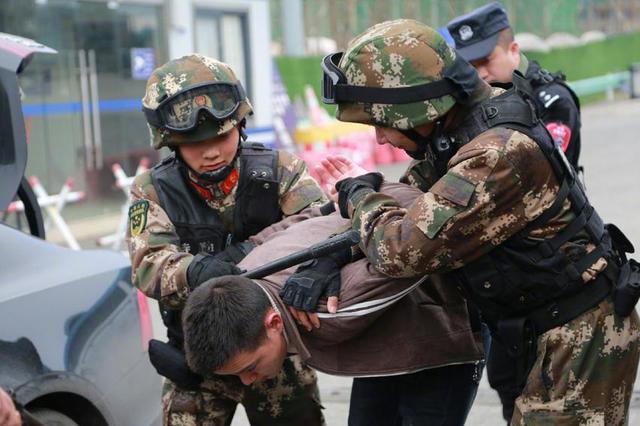 杭州禁毒民警目睹毒贩将5岁女儿踢下楼 他一把接住