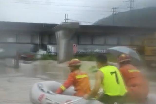 浙台州1校车积水中被困 消防员迅速营救7名师生