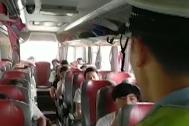 十几位小候鸟晕车呕吐 衢州高速交警紧急救助