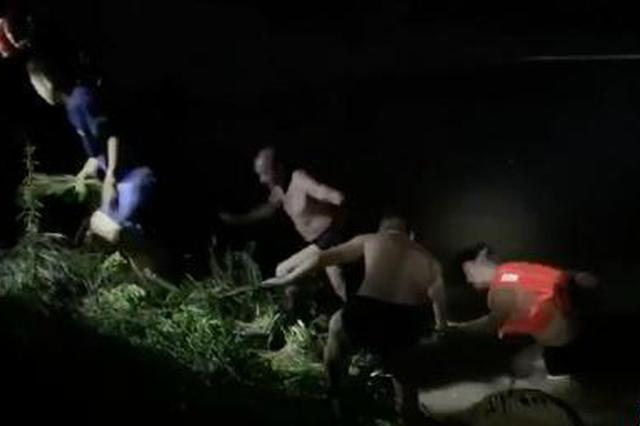 男子被洪水冲走 浙江武义民警跳入激流舍命相救