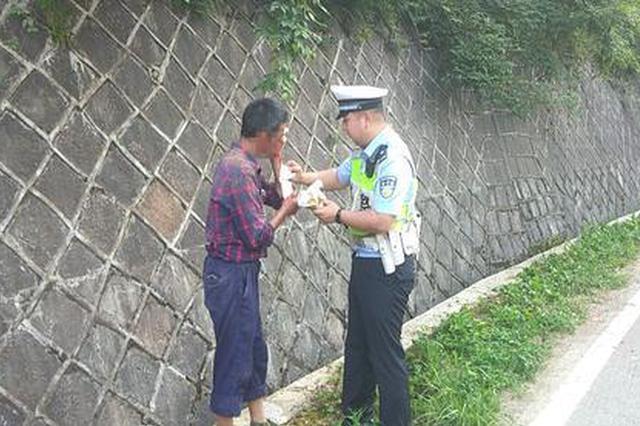 杭州一男子骑电动车未戴头盔摔伤 路过交警助其送医