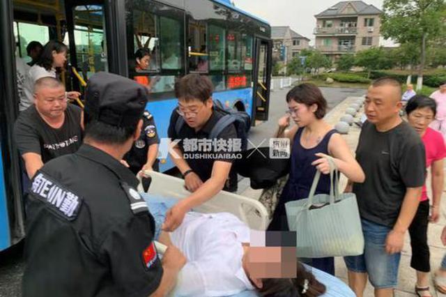男子癫痫发作 杭州一载满乘客公交车掉头冲往医院