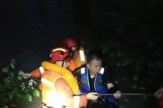 台州仙居永安溪溪水半夜暴涨 剧组司机爬上车顶求救