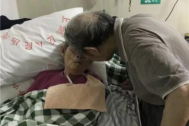 杭州91岁大伯去医院看望86岁老伴 打不到车急到跺脚