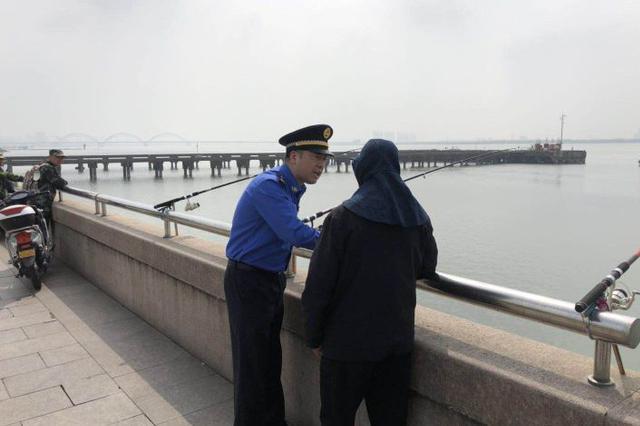 钱塘江边钓鱼者众多甩鱼钩存在危险 城管通宵巡查