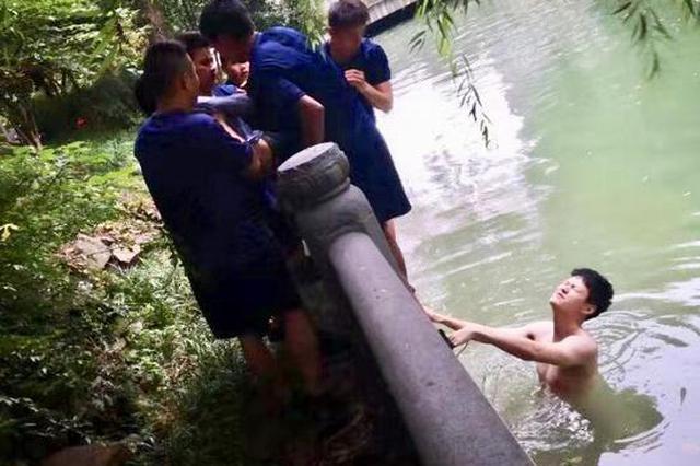 杭州1退伍军人遇1女子跳河轻生 和消防员联手救起