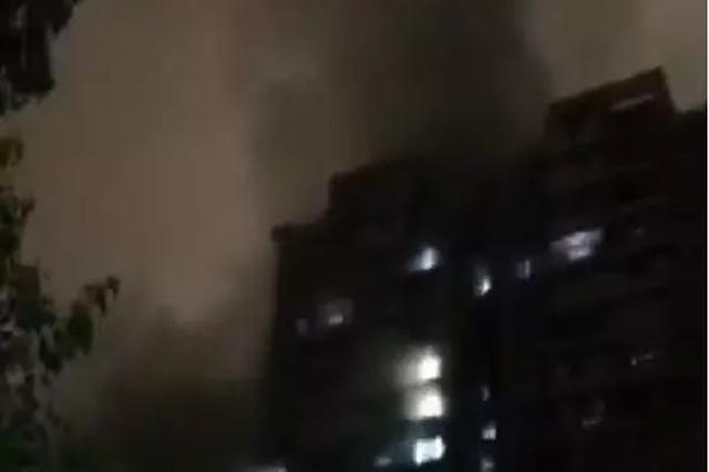 杭小区地下车库起火20辆电动车烧毁 住户雨中跳楼逃生