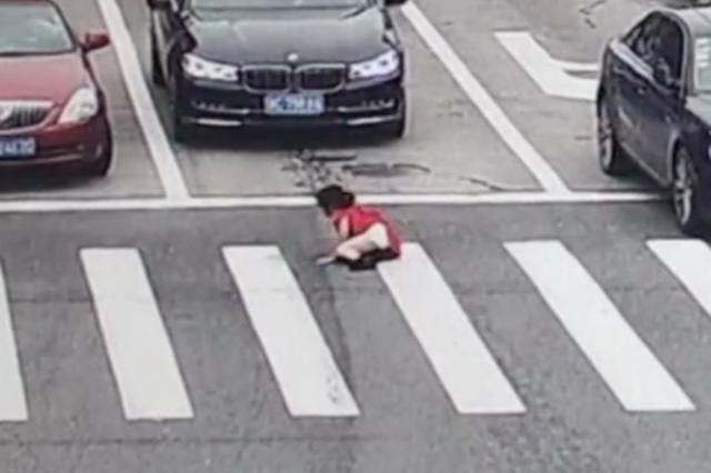 温州1小学生突然冲出马路 瞬间被疾驰的车撞飞