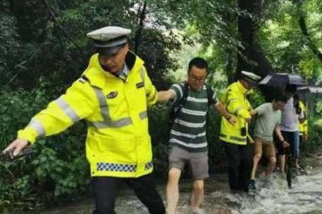 杭州暴雨冲垮龙井山路 9人被困交警上山成功救出