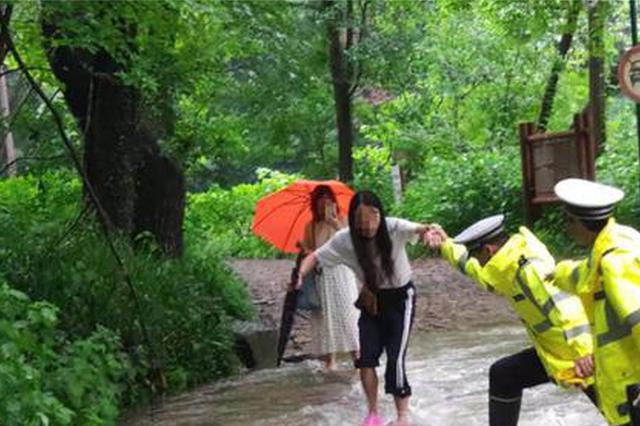冒雨爬龙井山7名大人2名儿童被困 杭州交警上山救出