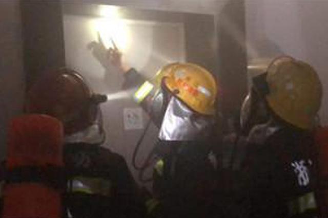 杭州一老人公寓电梯短路起火 现场产生大量浓烟