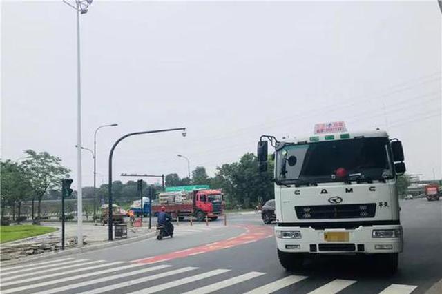 杭路面现红色右转危险警示区 专家:不建议主城区推广