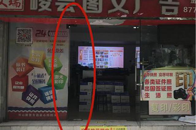 杭1图文店玻璃门倒下 妈妈为保护孩子鼻梁粉碎性骨折
