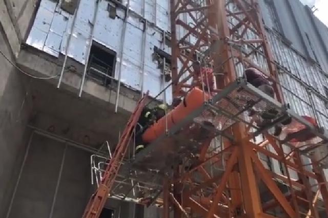 杭州建筑工地塔吊脱落 3名施工人员被砸伤困于空中