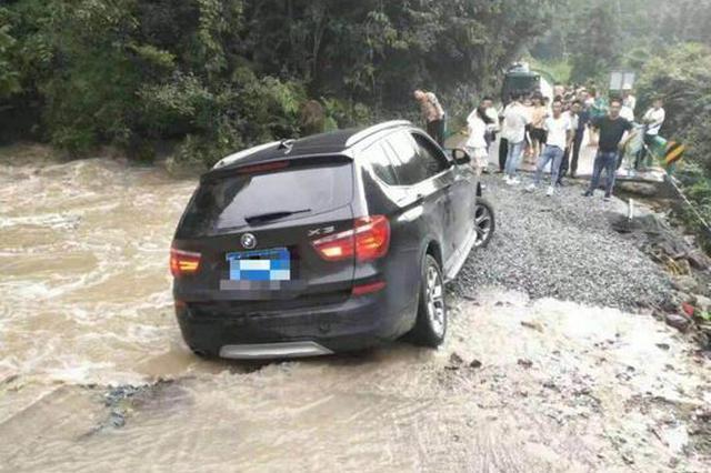 丽水桥梁坍塌汽车被困山洪 多方合力救援通车