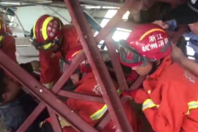 杭州1钢棚坍塌有人被困 救援民警肉肩扛起三百斤钢架