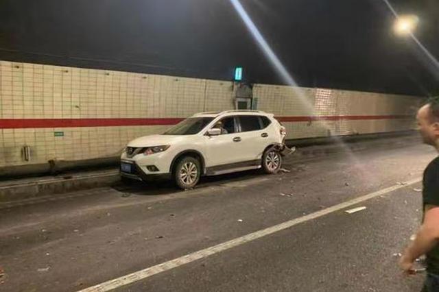 浙小伙高速隧道内抛锚自行换胎 致后方多车追尾事故