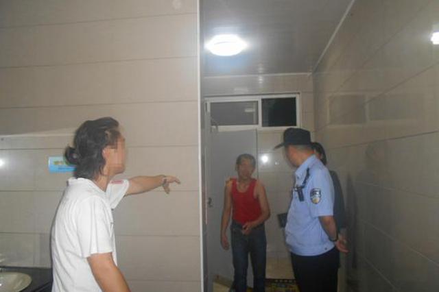 浙江南湖现公厕偷窥狂 多次潜入女厕所隔间进行偷窥