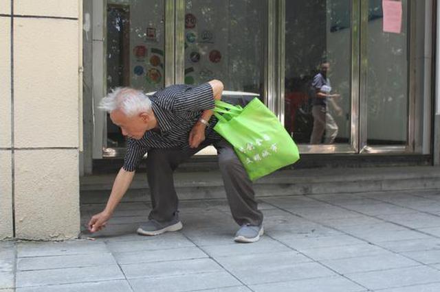 浙78岁老人痴迷捡烟蒂 家人担心其安全购买定位手表