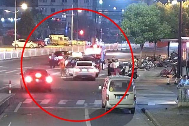 金华一司机倒车时发生碰撞 结果被吊销驾驶证
