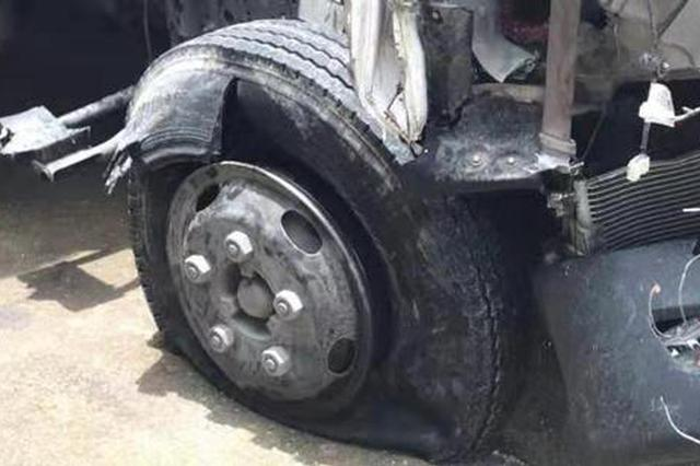 货车高速行驶中爆胎致失控撞车 浙司机目睹妻子遇难