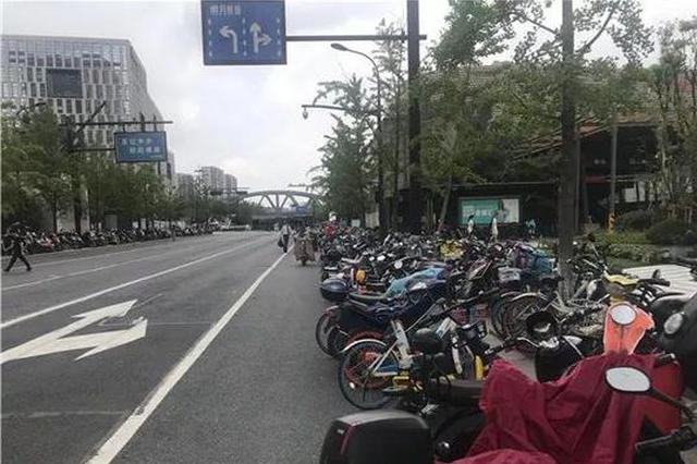 杭州地铁彭埠站口共享单车乱停 城管:进加强监管力度