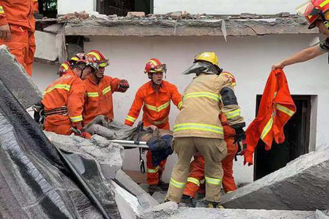 杭州一幢民房装修改造期间坍塌 砸到一人被困2人