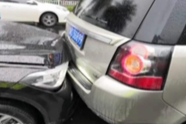 温州三豪车连环撞 肇事司机仅持外国驾照赔付十万元