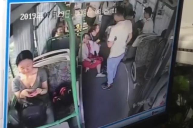 女孩没吃早饭乘车晕倒  杭州公交司机果断背起送医