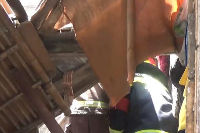 宁波镇海一农房突然坍塌  一女子被埋