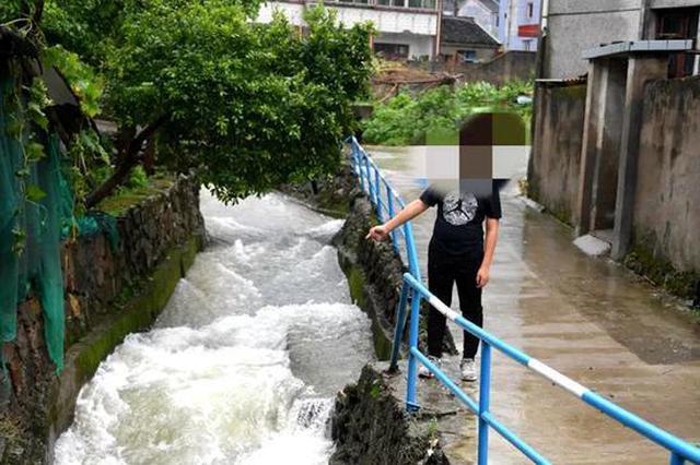 宁波热心市民狂追300米 台风中救起落水少年