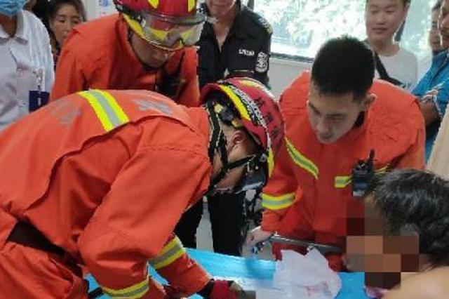 杭1工人上班第一天被钢筋夹住了手:扎钢筋十六七年了