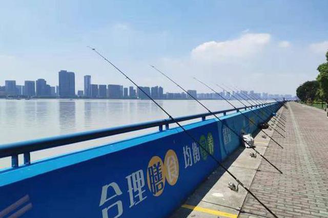 步行道上垂钓存在安全隐患 杭城管专项整治江边垂钓