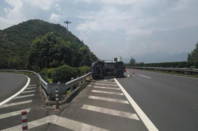 浙小客车满载货物高速侧翻 交警:灾后应援勿超载运输
