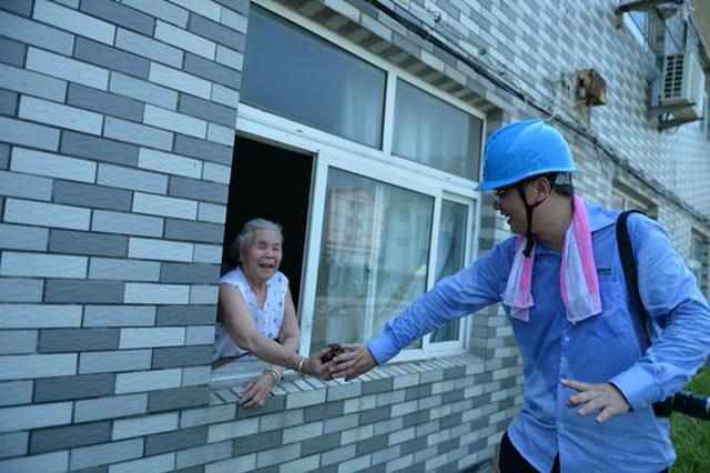 隔窗递爱心 台州八旬老人一串葡萄暖了救援队员的心