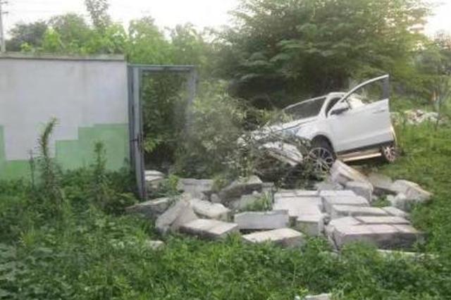 浙一男子开车撞倒围墙都没醒 酒精含量523mg/100ml