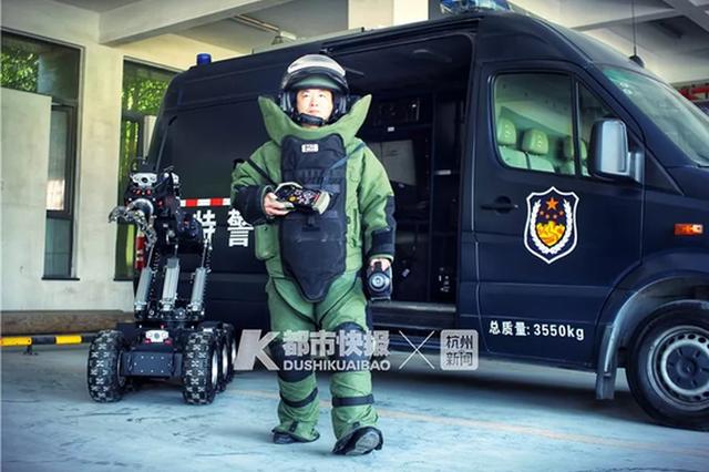 杭州第1个自愿报名做排爆手的警察:生死只在一线间