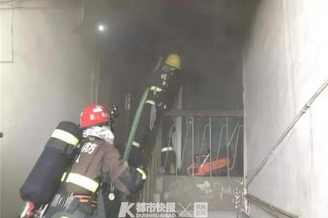 昨天早晨杭河坊街1居民楼顶层突发火灾 4人惊险逃生