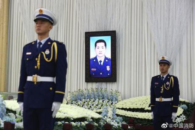 浙为救落水父子牺牲消防员吕挺追悼会举行 群众吊唁