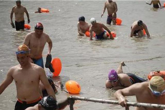 杭州两千余名勇士横渡钱塘江 有人5点就去排队抢名额