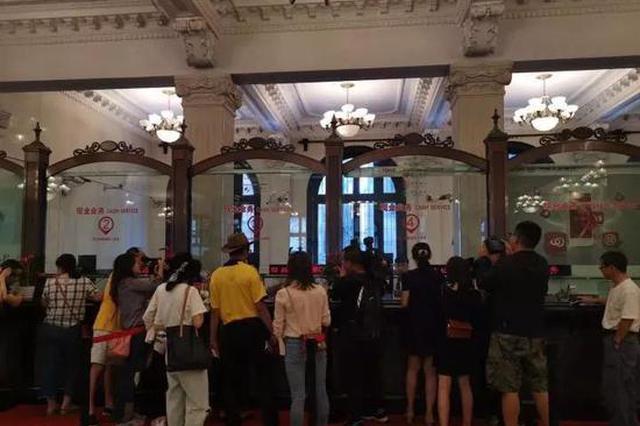 杭州不少人排队领新人民币 大妈:有纪念意义肯定不花