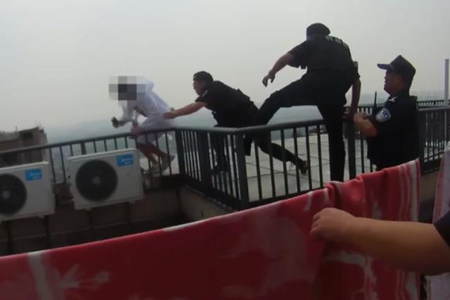 杭州女子30层楼顶纵身一跃 坠落瞬间被民警一把拉住