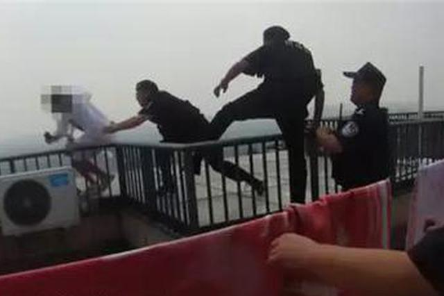 杭州女子30层楼顶纵身一跃 坠落瞬间被民警死命拽住