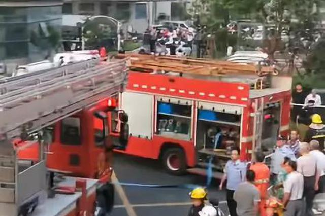 杭州一小区11楼着火 消防车进小区最后100米开5分钟