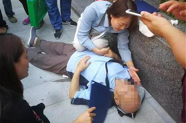 寻找杭州西湖边晕倒的大伯 路过的护士长很担心你