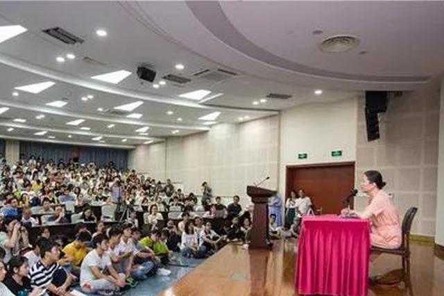 王安忆在浙江大学开课 近千名学生排队见偶像(图)