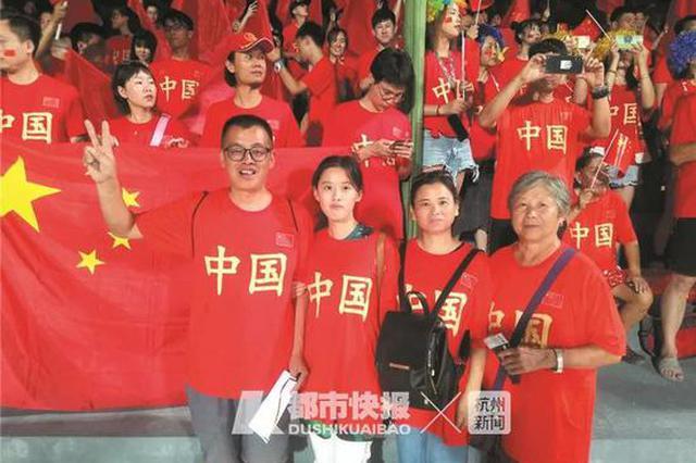72岁浙江球迷奶奶首次出国 现场见证国足大历史