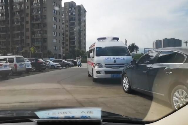 温州山寨120调查:外地牌照的120停医院周边 漫天要价
